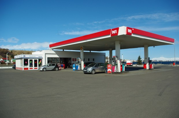 The N1 is one of the many gas stations in Iceland. Photo from Hallie (Creative Commons).