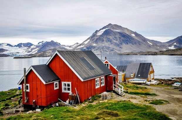 What to see in Greenland: the colorful houses in Kulusuk. What comparing Iceland vs Greenland, the beautiful colored houses in Greenland are one of the big differences between the countries.
