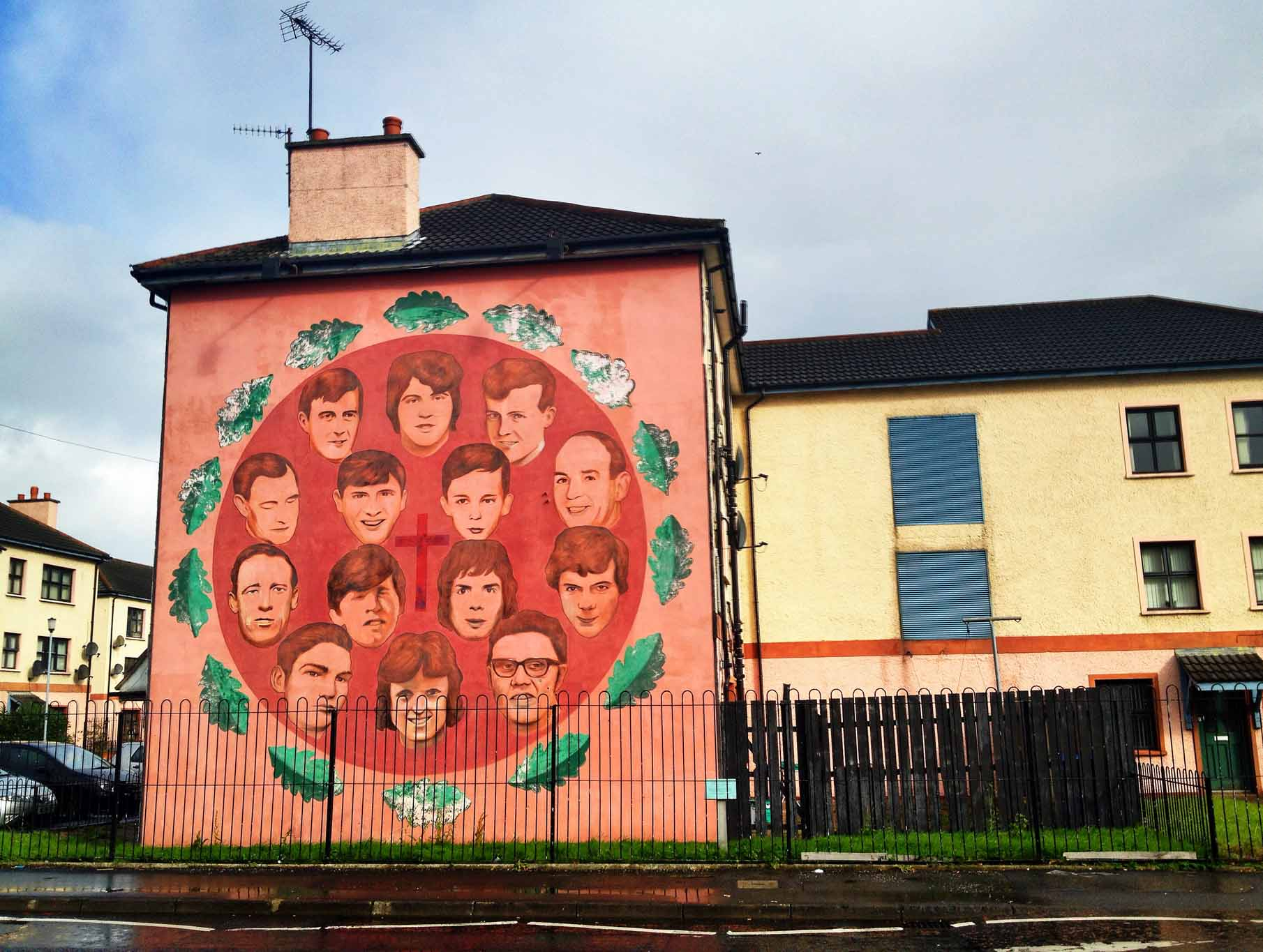 Mural with faces in a red circle memorializing the victims of Bloody Sunday