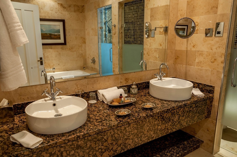 The bathroom in the Junior Suite