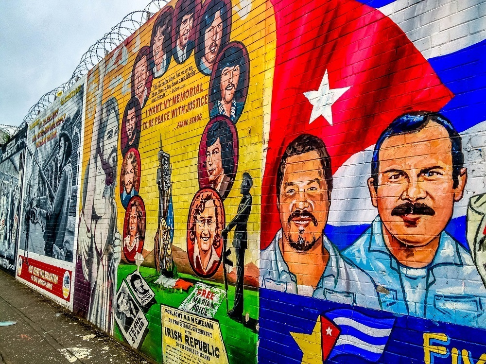 Mural showing Cubans and the Cuban flag