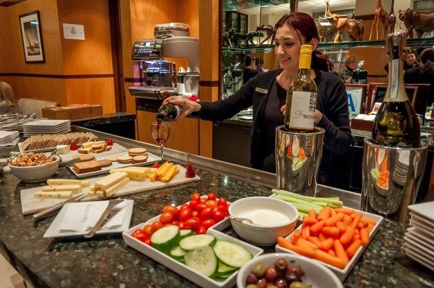 The Hotel Giraffe New York City features a complimentary happy hour with wines, cheese, and crudites plate. This is one of the reasons why the Hotel Giraffe NYC reviews are so positive.