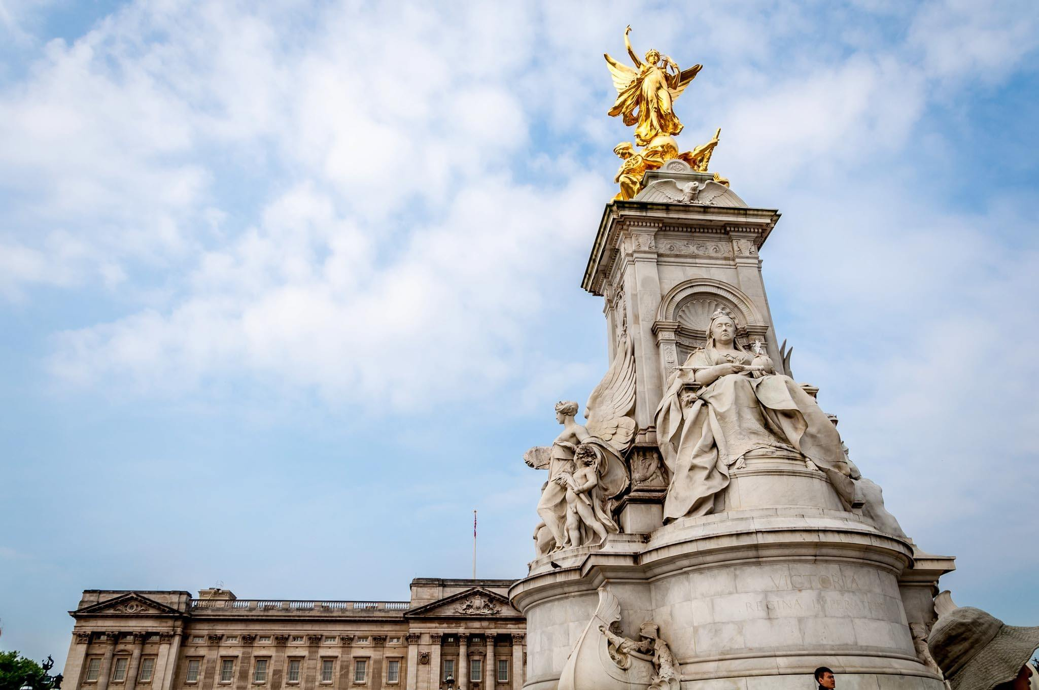 Can you leave airport during layover? You bet!  In London, leave Heathrow and head for the fountain in front of Buckingham Palace, which plays host to thousands of tourists every day.  Once you've taken in the Palace, turn and walk down The Mall behind you.