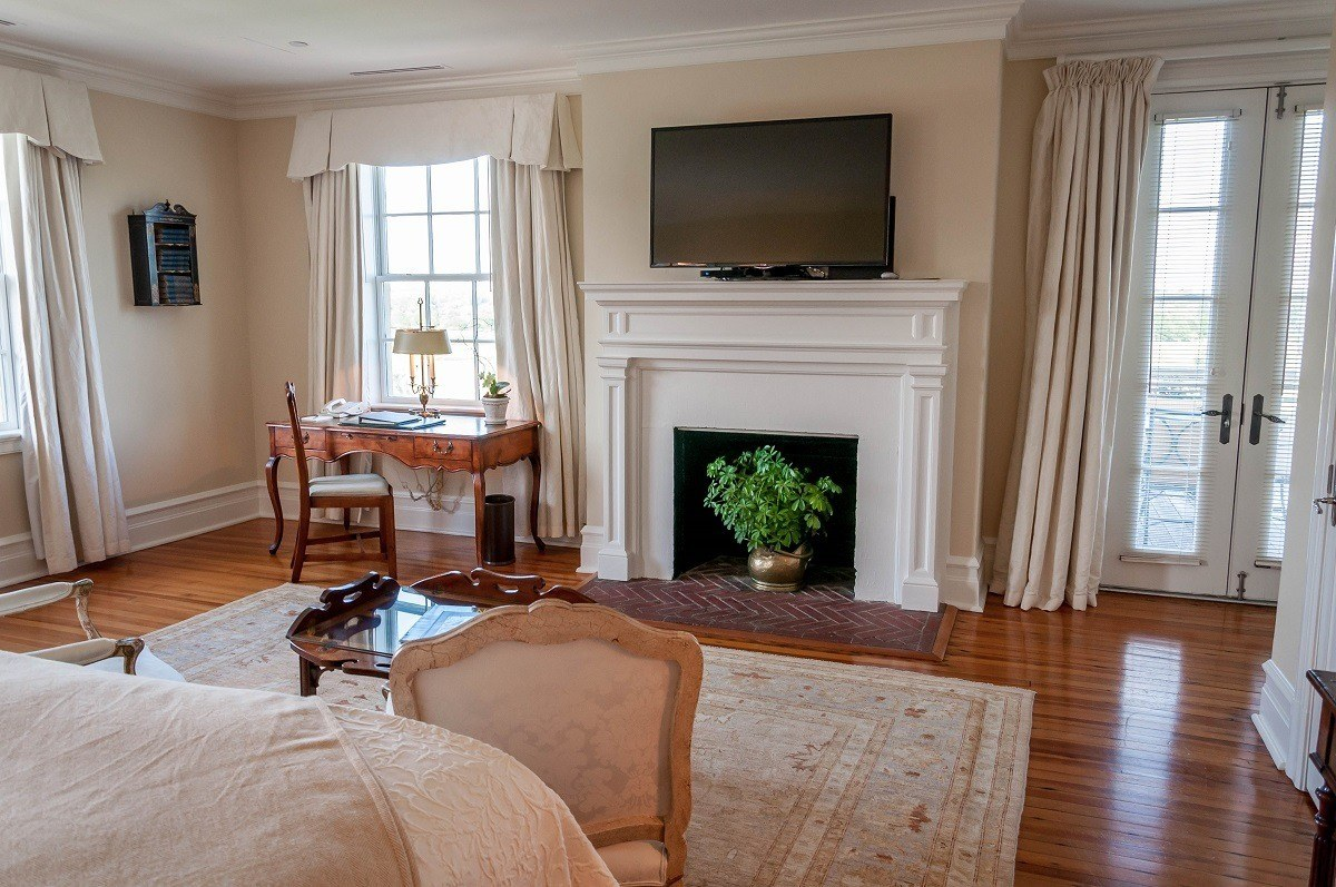 Sitting area with desk and TV in the Villa Crawford Master Bedroom Suite