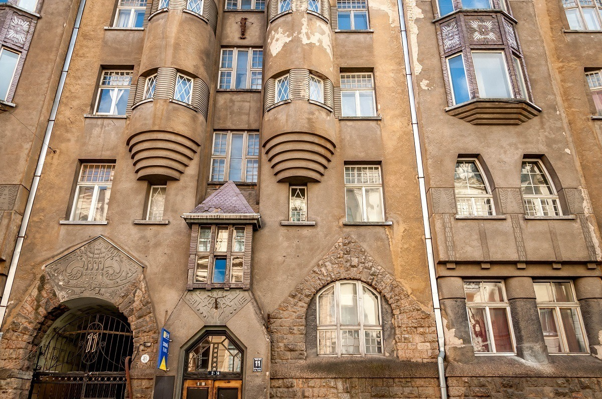 Art Nouveau building in need of renovation, Alberta iela 11