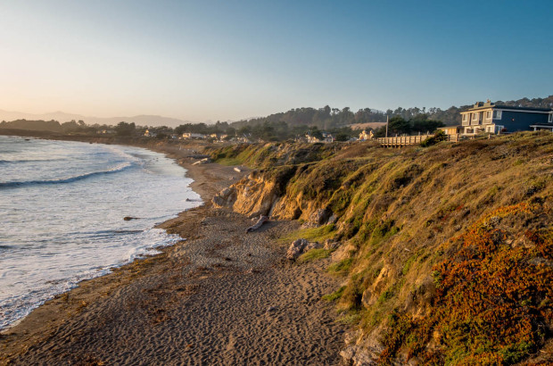 The Sand Pebbles Inn atop a bluff at Moonstone Beach in Cambria, California.