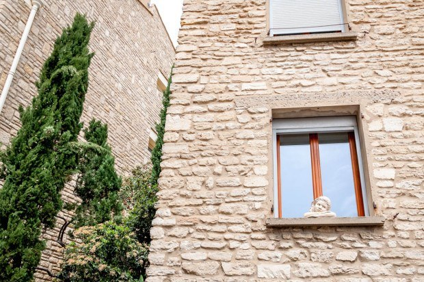 Statue of a girl in a window in Gordes. France | Provence photos