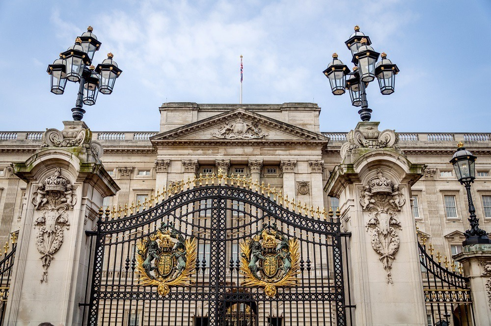 The elaborate gates of Buckingham Palace bear the queen's coat of arms
