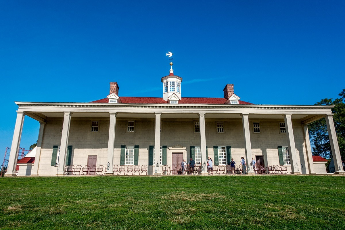 Mansion with columned porch. Mount Vernon