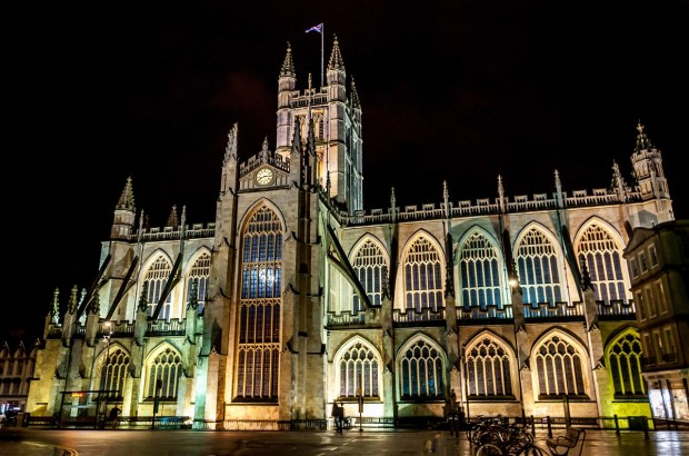 The grand Bath Abbey at night.