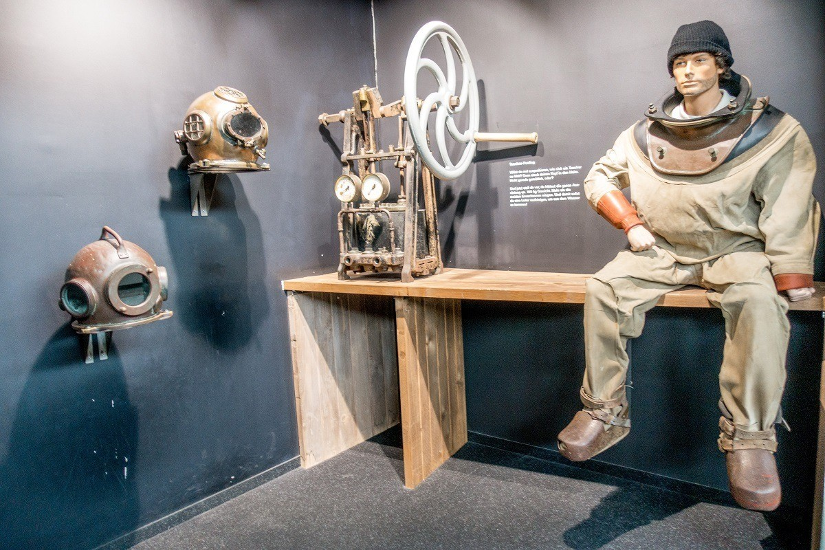 Antique diving gear at the Wind Force 10 Wreck and Fishing Museum (Windstärke 10) in Cuxhaven