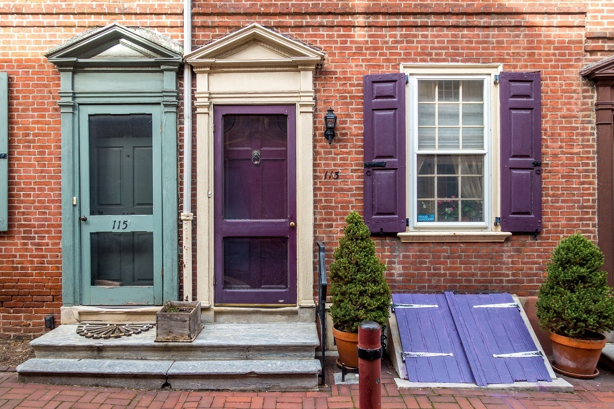 Row homes with brightly painted doors in Elfreth's Alley