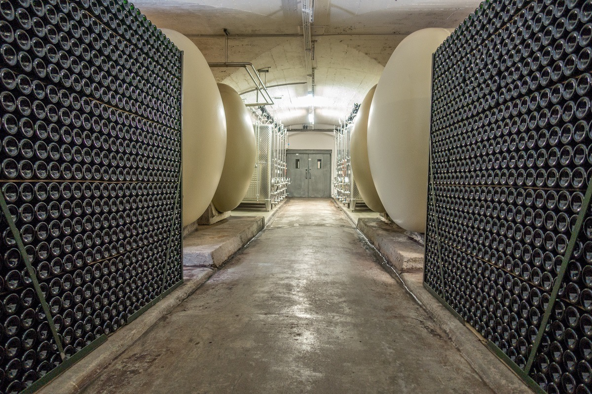 Wine aging in bottles and concrete tanks