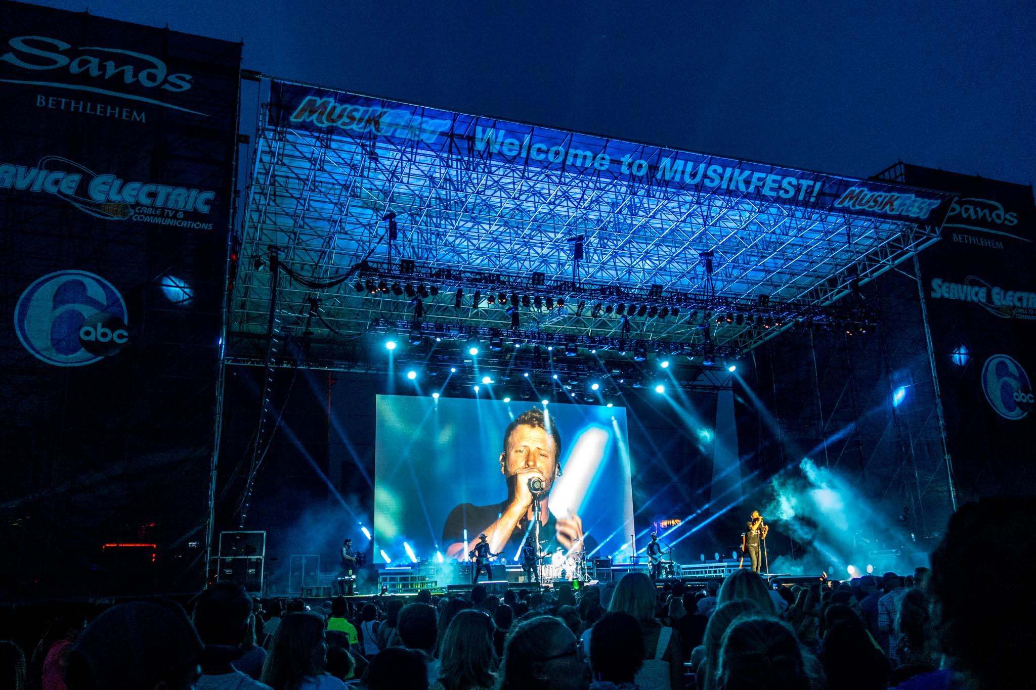 Dierks Bentley on stage at Musikfest