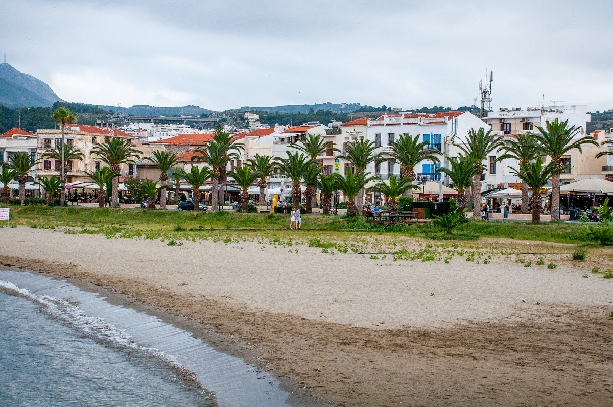Seaside restaurants and shops to see near the beach in Rethymno