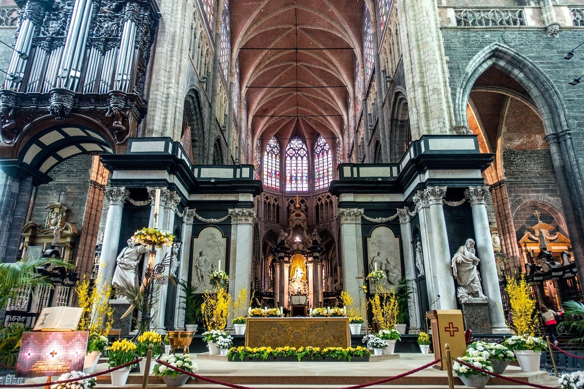 Black and white interior of St. Bavo's with sculptures and vaulted ceiling