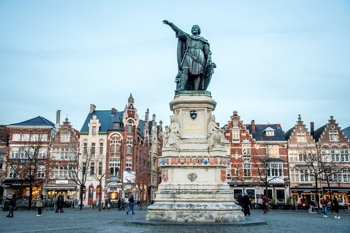 Statue of a man in the middle of Vrijdagmarkt Square
