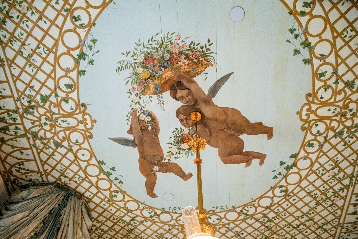 Ceiling hand painted with cherub decoration