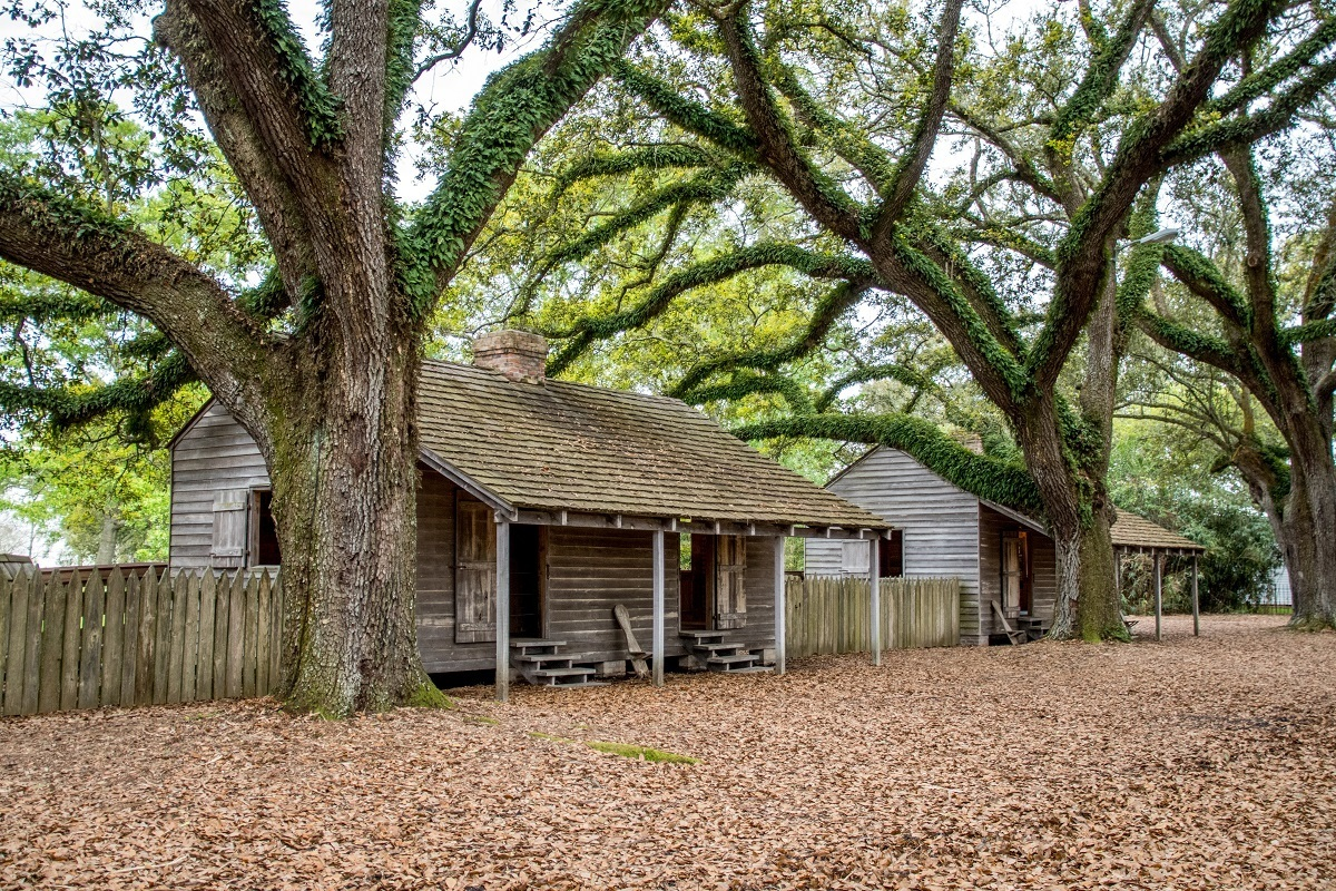 Slave housing on plantations like Oak Alley was often lined up in rows